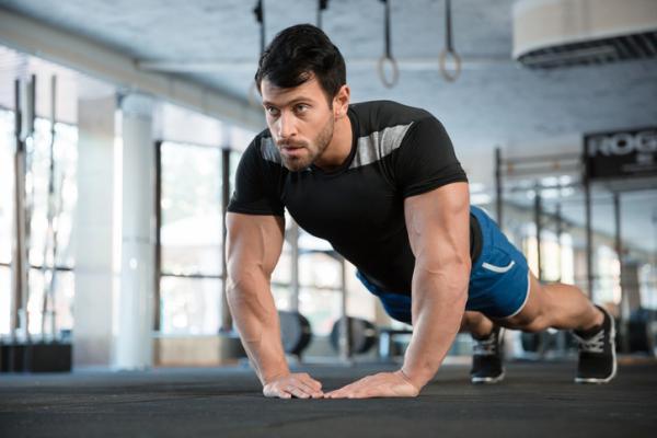 Cómo hacer flexiones de tríceps - pasos y consejos - Flexiones de tríceps isométricas