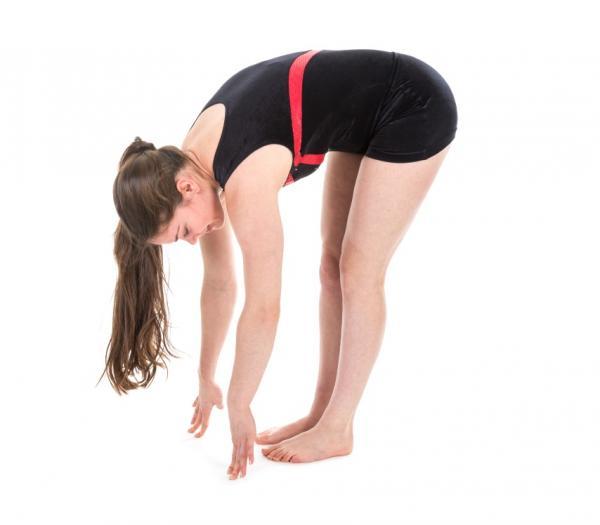 Posturas de yoga para la espalda - fáciles y efectivas - Postura de yoga Uttanasana o la pinza de pie