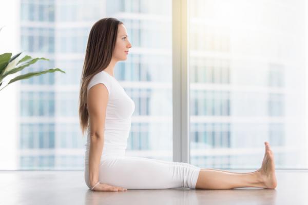 Posturas de yoga para la espalda - fáciles y efectivas - La postura del bastón o Dandasana