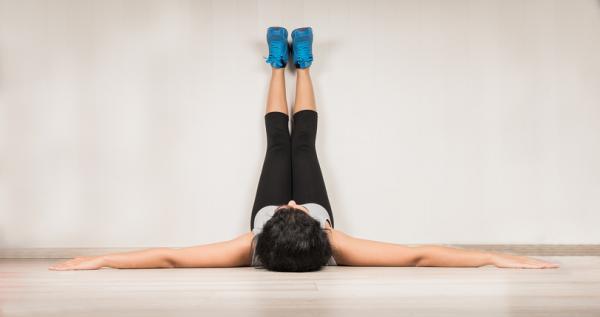 Posturas de yoga para la espalda - fáciles y efectivas - Urdhva Prasarita Padasana o pies en alto, perfecta para estirar la espalda