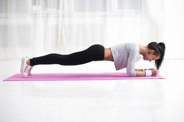 Los 5 ejercicios abdominales más efectivos para hacer en casa - Plancha frontal