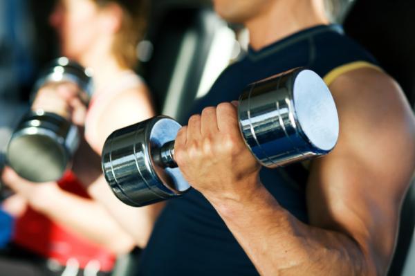 Los mejores ejercicios para el tren superior - Curl de bíceps con mancuernas