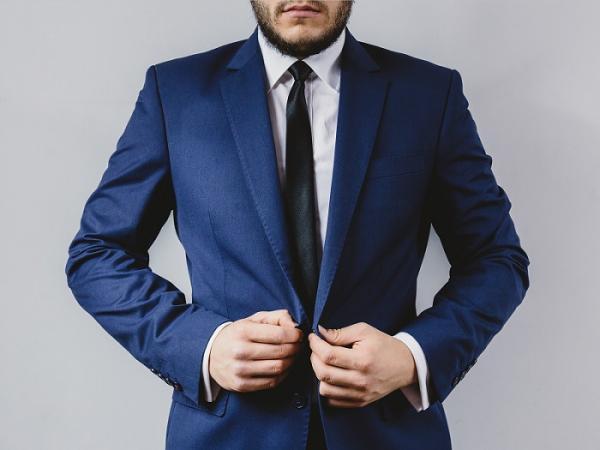 Cómo combinar un traje azul marino de hombre - Paso 1