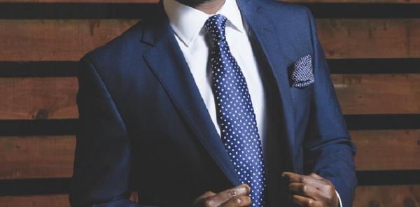 Cómo combinar un traje azul marino de hombre - Paso 3
