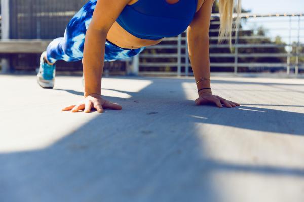 Cómo hacer abdominales con plancha - Apoya los manos y los pies