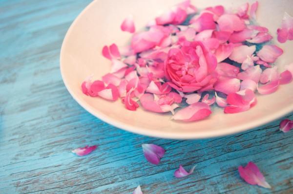 Cómo suavizar los talones duros - Tratamiento de agua de rosas y glicerina