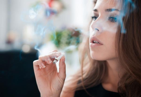 Causas del acné en adultos - El tabaquismo