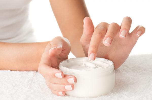 Cómo evitar la caída de los senos - Hidrata tus pechos adecuadamente