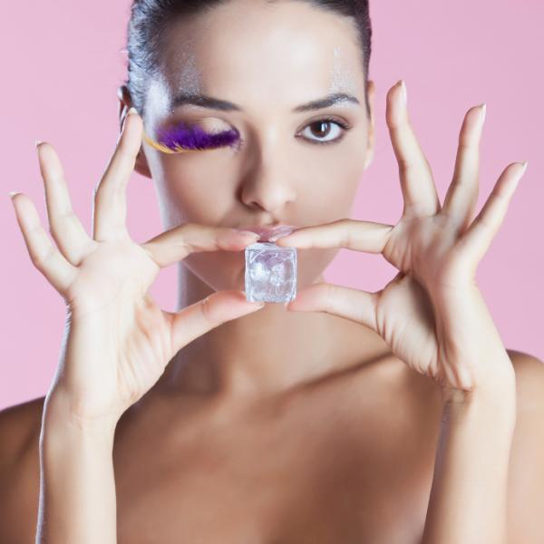 Cómo evitar la caída de los senos - Aplica frío en la zona