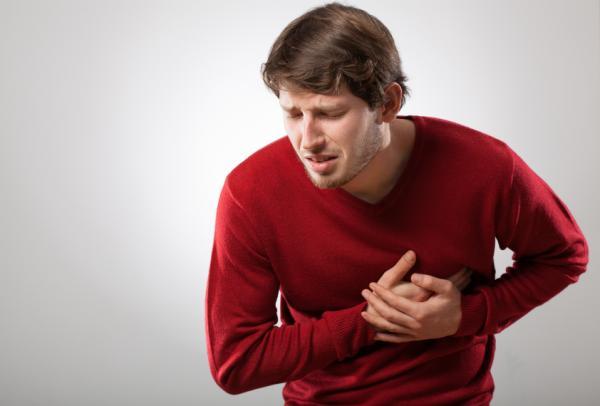 8 síntomas que pueden indicar problemas de corazón - Dolores en el pecho