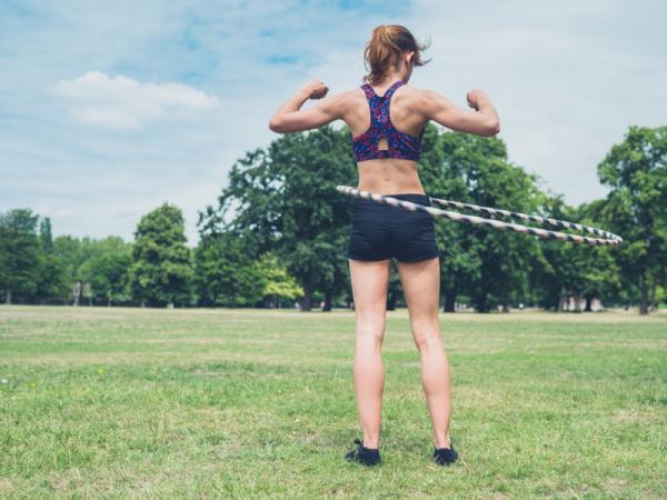 Cómo eliminar los rollitos de la cintura - Ejercicios para adelgazar cintura con hula hop