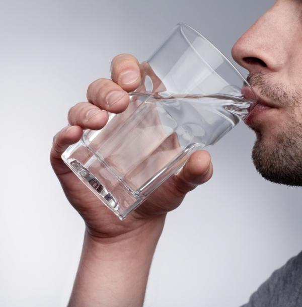 Remedios caseros para el dolor de riñones - Beber mucha agua