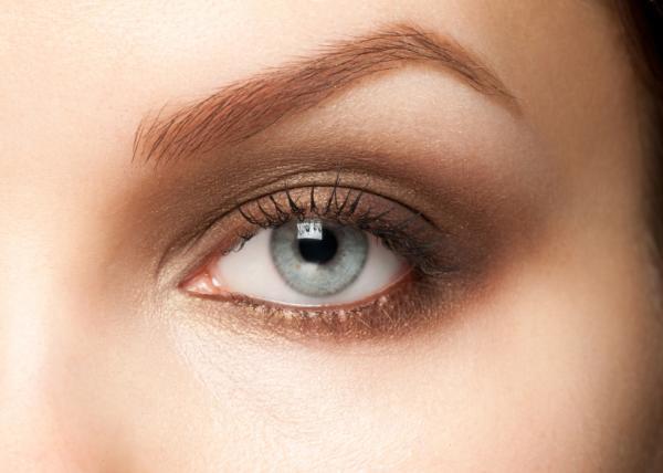Cómo usar el aceite de ricino en las cejas y pestañas